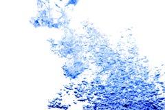 Wässern Sie Spritzen mit Blasen der Luft, auf dem blauen Hintergrund Lizenzfreie Stockbilder