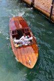 Wässern Sie Taxi auf einem Kanal in Venedig, Italien Stockfotos