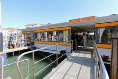 Wässern Sie Taxi oder Wasserbus (Vaporetto) am Pier in Venedig, Italien Lizenzfreie Stockfotos