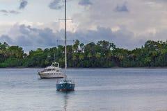 Wässern Sie Transport nahe den Kosten mit Palmen Stockfotografie