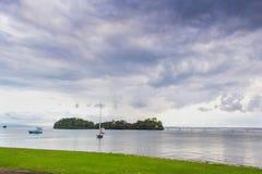 Wässern Sie Transport nahe den Kosten mit Palmen Stockbild