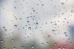 Wässern Sie Tropfen auf dem Fenster, abstrakter Hintergrund Lizenzfreies Stockfoto