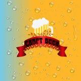 Wässern Sie Tropfen auf dem Hintergrund des Bieres Stockfoto