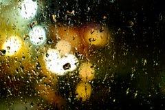 Wässern Sie Tropfen auf der Windfangfront des Autos, abstraktes Bild Lizenzfreies Stockfoto