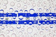 Wässern Sie Tropfen auf Glas und Flaggen von El Salvador lizenzfreie stockfotografie