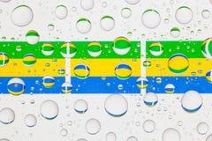 Wässern Sie Tropfen auf Glas und Flaggen von Gabun Lizenzfreie Stockbilder