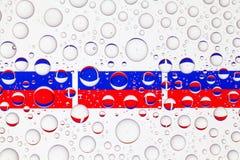 Wässern Sie Tropfen auf Glas und Flaggen von Russland lizenzfreie stockfotos