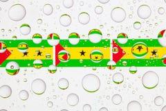 Wässern Sie Tropfen auf Glas und Flaggen von Sao Tome und Principe Lizenzfreies Stockbild