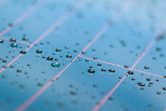 Wässern Sie Tropfen einer glänzenden metallischen Oberfläche mit Tabelle bezüglich Stockbilder