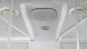 Wässern Sie Tropfen vom Duschkopf des Badezimmers auf weißem Hintergrund Abschluss oben einer quadratischen italienischen Hauptdu stock video footage