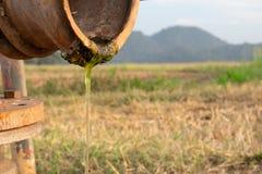 Wässern Sie Tropfen vom Stahlrohr mit rostigem des Naturhintergrundes Lizenzfreies Stockbild