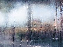 Wässern Sie Tropfen von der Hauptkondensation auf einem Fenster Stockfotos
