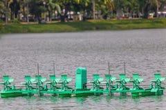 Wässern Sie Turbine im Fluss am Park Stockfotos