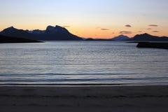 Wässern Sie, Ufer und Berge bei Helgelandskysten, Norwegen stockfotos