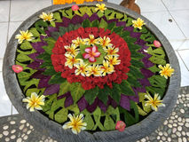 Wässern Sie vask mit sich hin- und herbewegenden Blume deconations im ubud, Bali, Indonesien Lizenzfreie Stockfotos