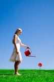 Wässernblume der jungen Frau Stockbilder