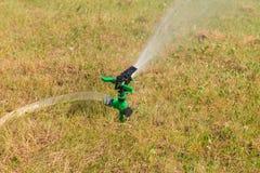 Wässernder trockener Rasen Lizenzfreie Stockfotos