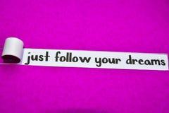 Właśnie Podąża twój sen tekst, pojęcie na purpura drzejącym papierze, inspiracji, motywacji i biznesu, obrazy royalty free