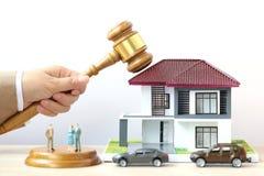 Własności aukcja, kobiety ręka mienia młoteczka, prawnik domowa nieruchomość i posiadanie dom na wtite tle drewniany i wzorcowy, obraz royalty free