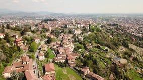 Włoch bergamo 4K które otaczają miasto trutnia widok z lotu ptaka stary grodzki i wzgórza zdjęcie wideo