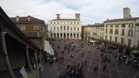 Włoch bergamo Stary miasto Timelapse przy starym głównym placem i ludźmi chodzić zbiory wideo
