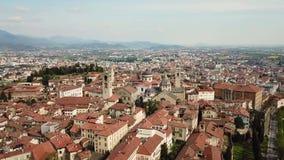 Włoch bergamo Trutnia widok z lotu ptaka stary miasteczko Krajobraz przy centrum miasta i swój dziejowymi budynkami zbiory wideo