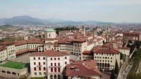 Włoch bergamo Trutnia widok z lotu ptaka stary miasteczko Krajobraz przy centrum miasta, swój dziejowi budynki, kościół i góruje zbiory wideo