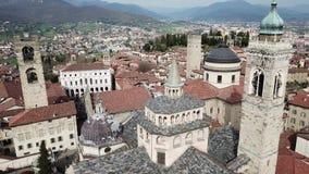 Włoch bergamo Trutnia widok z lotu ptaka stary miasteczko Krajobraz przy centrum miasta, swój dziejowi budynki, kościół i góruje zdjęcie wideo