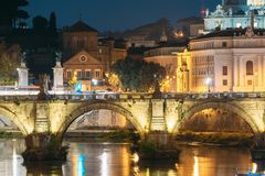 włochy Rzymu Szpital Święty duch I Aelian most W wieczór nocy iluminacjach obrazy stock