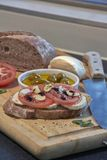 Włoscy pomidory i czosnek z mozzarellą i oliwkami obraz royalty free