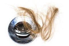 Włosiana strata na washbasin Tęsk brown włosy na białym basenie w łazience zdjęcia stock