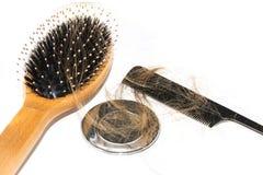 Włosiana strata na washbasin Tęsk brown włosy z czerni gręplą i drewna muśnięciem na białym basenie w łazience zdjęcia stock
