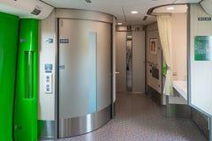 Wózek inwalidzki dostępne toalety i Purpose przestrzeń w H5 trenują Obrazy Royalty Free