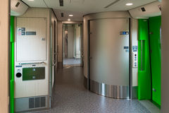 Wózek inwalidzki dostępne toalety i Purpose przestrzeń w H5 trenują Zdjęcie Stock