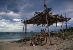 Wózek inwalidzki na tropikalnej plaży obrazy royalty free