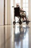 wózek inwalidzki niepełnosprawna starsza kobieta zdjęcie stock