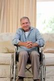 wózek inwalidzki obsługuje starszego wózek inwalidzki Obrazy Royalty Free