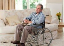wózek inwalidzki obsługuje starszego wózek inwalidzki Zdjęcia Stock