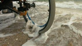 Wózek inwalidzki siedzi obok morza zbiory wideo