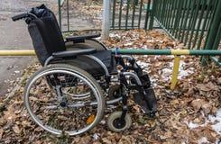 Wózek inwalidzki wśród spadać liści Zdjęcie Royalty Free