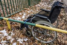Wózek inwalidzki wśród spadać liści Obraz Royalty Free