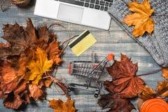 Wózek na zakupy na drewnianym Desktop obrazy royalty free
