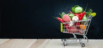 Wózek na zakupy folował, przestrzeń dla teksta, sztandar Zdrowie żywności organicznej życiorys pojęcie, fura w supermarketów full zdjęcie stock