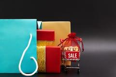 Wózek na zakupy i torby na zakupy z prezenta pudełkiem, koniec roku sprzedaż, 11 11 przerzedżą dzień sprzedaży pojęcie fotografia stock
