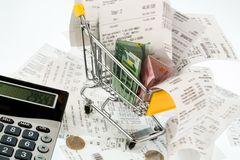 Wózek na zakupy, kwity i pieniądze, zdjęcie stock