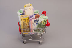 Wózek na zakupy pełno Euro banknoty Zdjęcia Stock