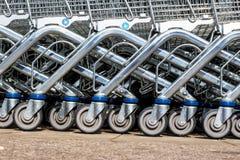 Wózek na zakupy przed supermarketem Obrazy Royalty Free