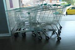 Wózek Na Zakupy przy wydziałowym sklepem zdjęcia royalty free