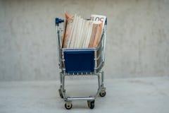 Wózek na zakupy sztandaru pusta reklama pełno euro zdjęcie stock