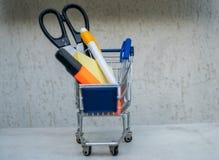 Wózek na zakupy sztandaru pusta reklama pełno szkolni akcesoria obraz stock